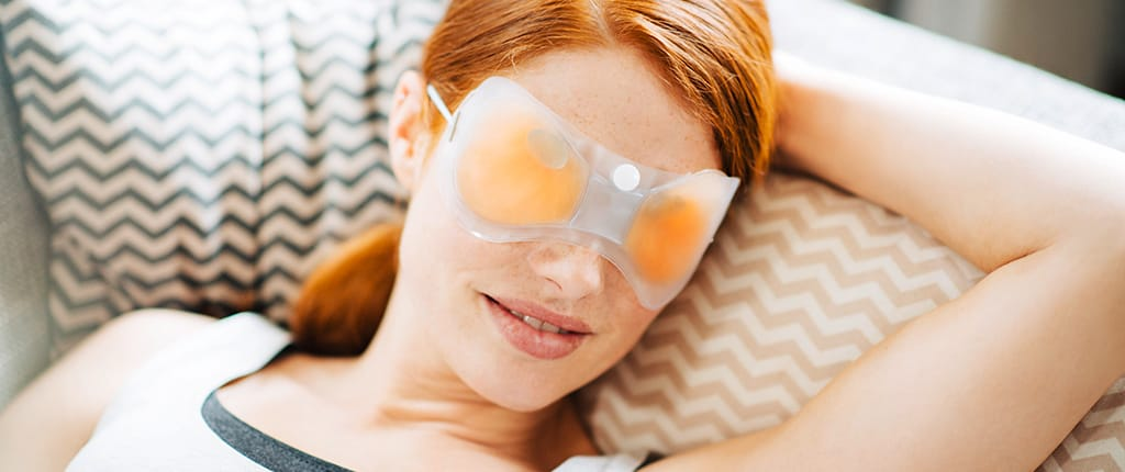 Frau entspannt bei der Wärmebehandlung mit POSIFORLID Augenmaske
